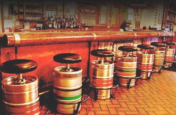 Decoração de balcão bar com banquinhos de barris