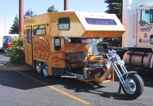 Moto com trailer a reboque