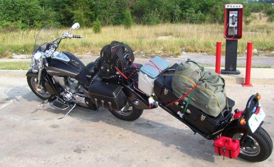 Moto com trailer bagageiro