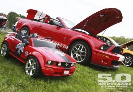 Mustangs Vermelhos - máquina real e brinquedo elétrico