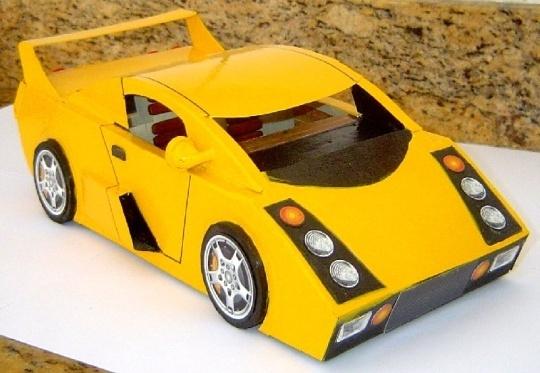 Miniatura de automóvel esportivo de sucata