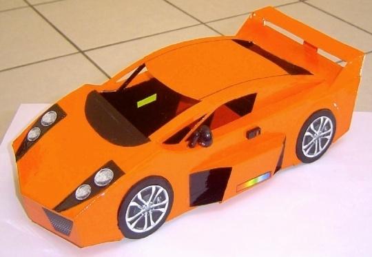 Miniatura de carro esportivo em papelão