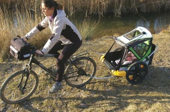 Carrinho de bebê puxado por bicicleta
