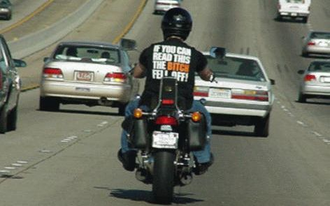 Frase em camiseta de motoqueiro: if you can read this the bitch fell off