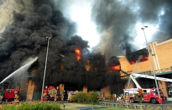 Bombeiros combatem chamas de incêndio