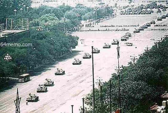 Chinês pára sozinho marcha de coluna de tanques