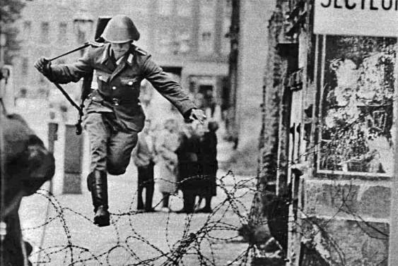 Soldado foge da Alemanha Oriental