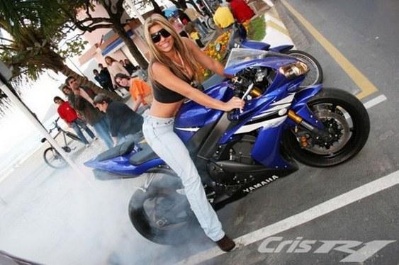 Cris R1 na sua motocicleta Yamaha azul