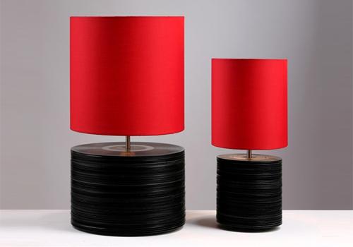 Luminária com base de discos compactos de vinil empilhados