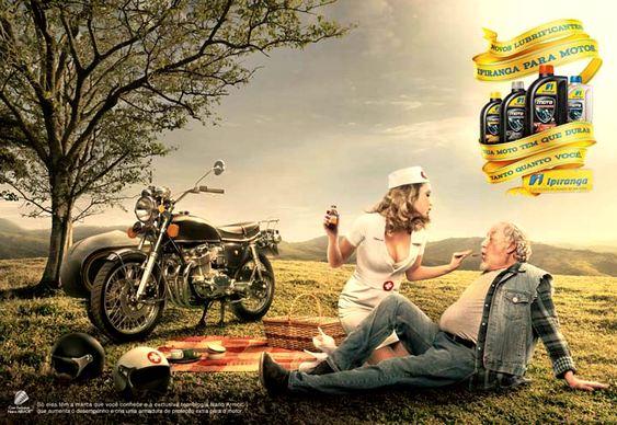Idoso com enfermeita de moto