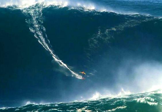 Surfista pega onda de 30 metros
