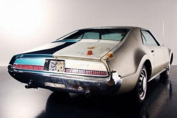 Automóvel antigo - reforma pela metade