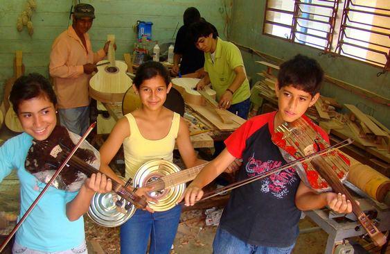 Reciclagem de lixo como instrumento musical
