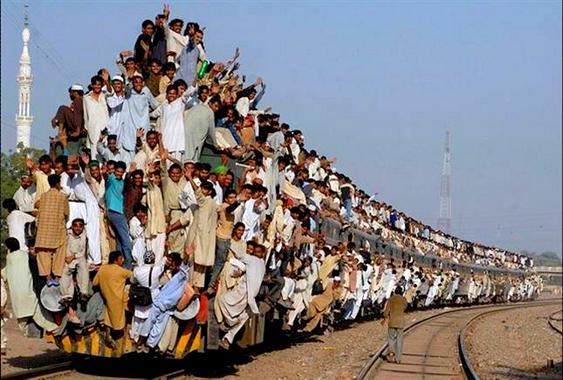 Surfistas ferroviários em cima de trens
