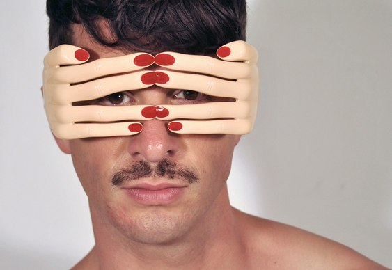 Óculos de sol com mãozinhas