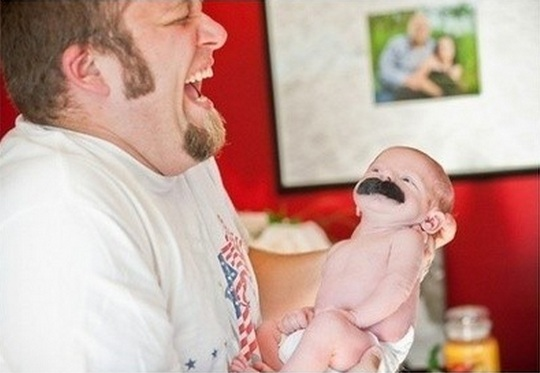 Bebê com bigode postiço
