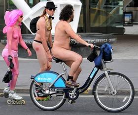 Ciclistas protestam sem roupas