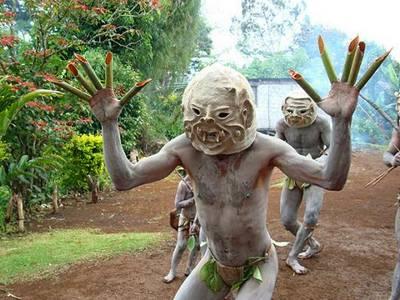 Guerreiro primitivo mascarado