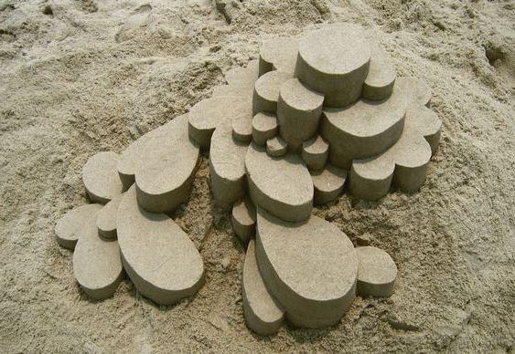 Esculturas geométricas na praia