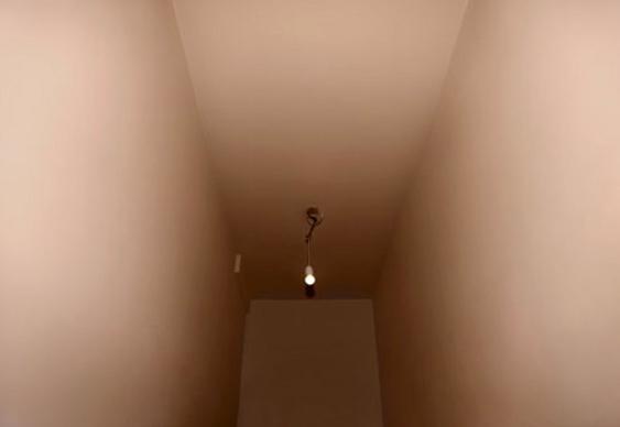 Púbis de mulher em corredor
