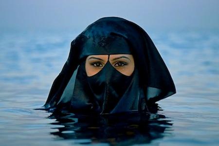 Uso de véus negros na praia