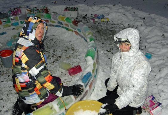 Iglu com blocos de gelo coloridos