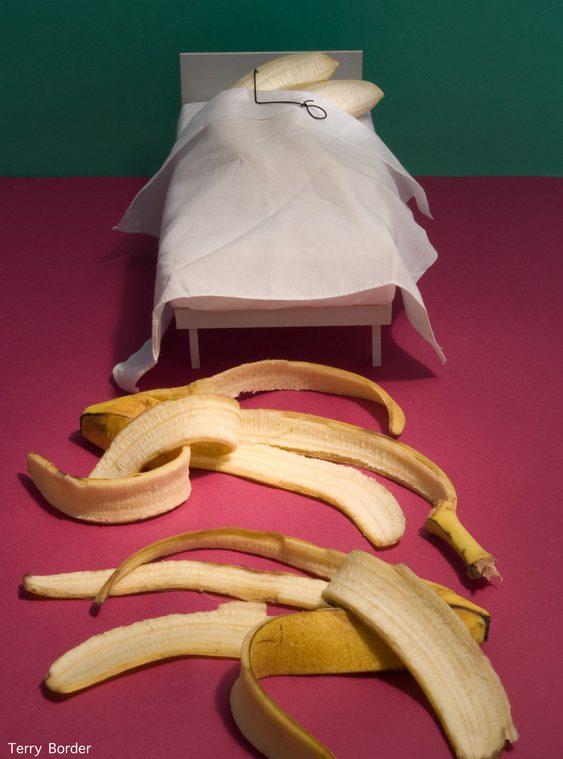 Bananas dormindo abraçadas em conchinha