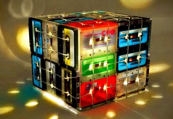 Abajur de fitas cassete recicladas