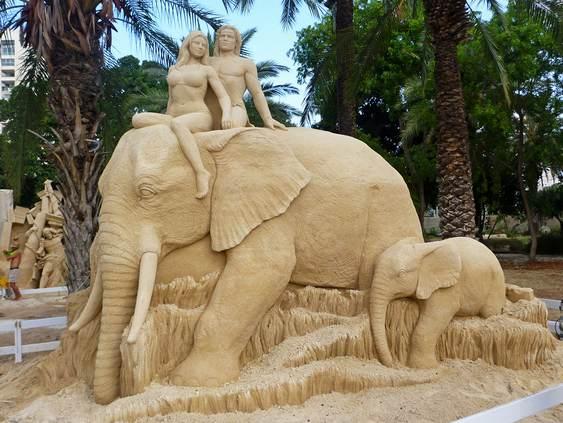 Escultura de Tarzan & Jane