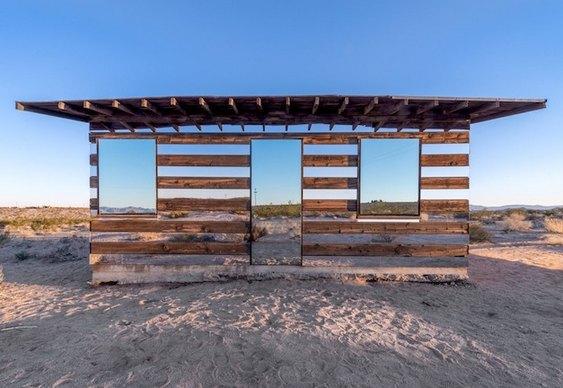 Barracão de madeira e espelhos