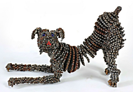 Escultura com correntes