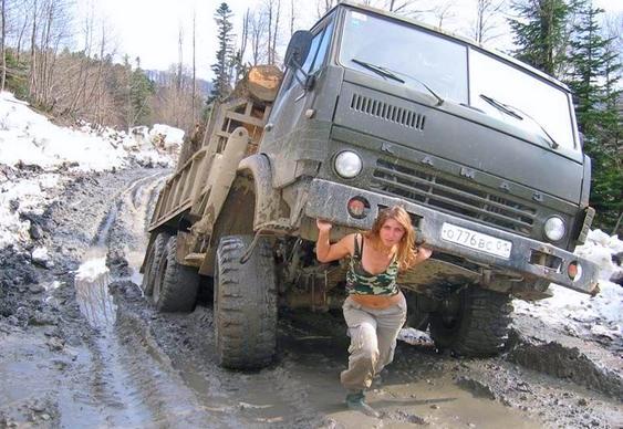 Mulher levantando caminhão