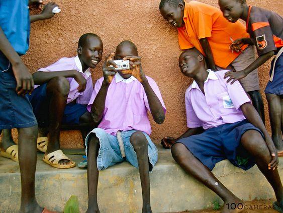 Crianças carentes recebem ajuda financeira tirando fotos do cotidiano