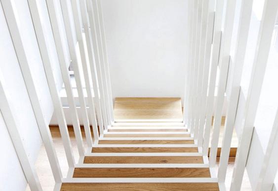 Escada com tubos e cantoneiras de aço