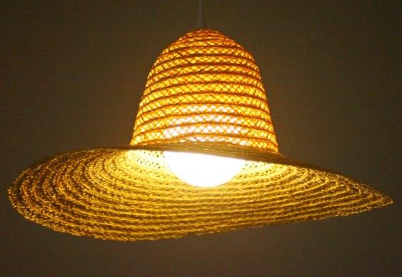 Chapéu de palha vira cúpula de luminária para casa de praia ou campo –  Matéria Incógnita 20ba815b073