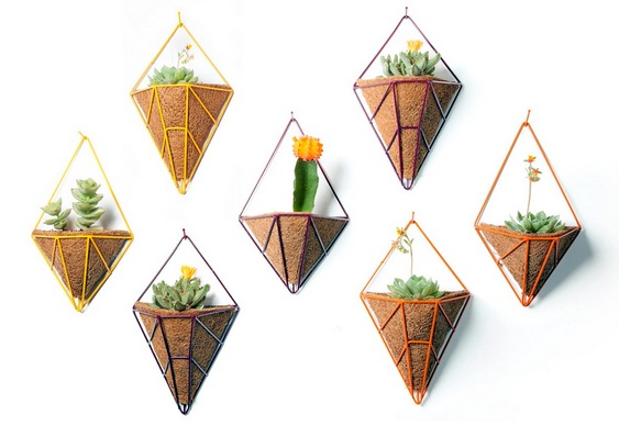 Vasos com varetas de metal para flores