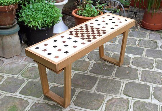 Banco com jogo de xadrez embutido
