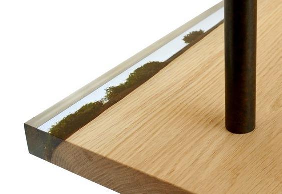 Estante de madeira com musgo encapsulado em resina
