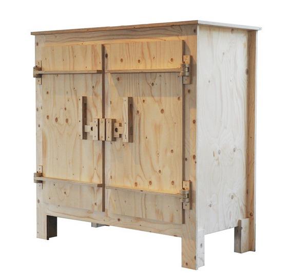 Móvel com fechos de madeira
