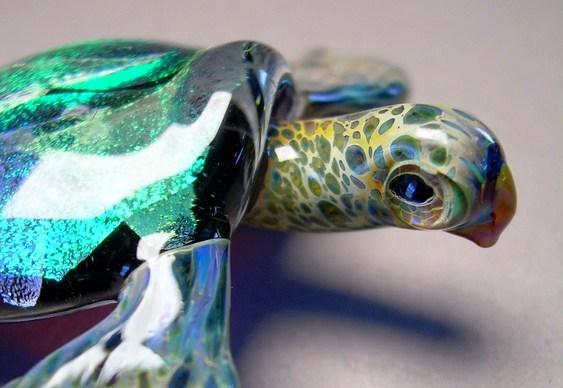 Tartaruga de vidro colorido