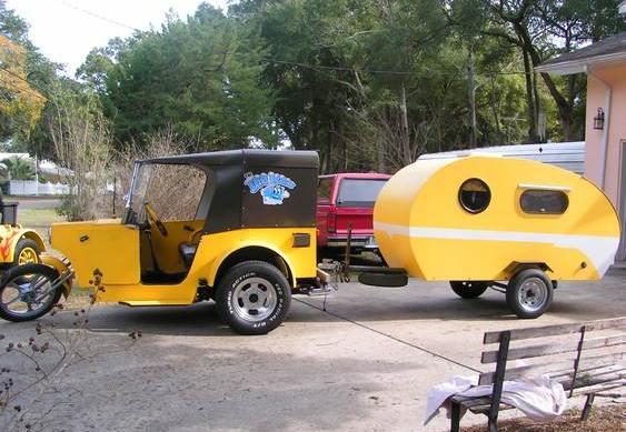 Triciclo amarelo com reboque