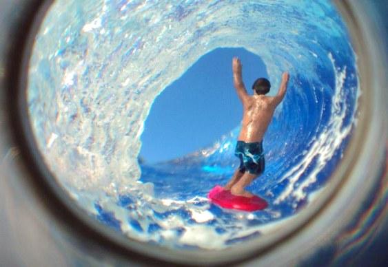 Brinquedo com surfista pegando onda