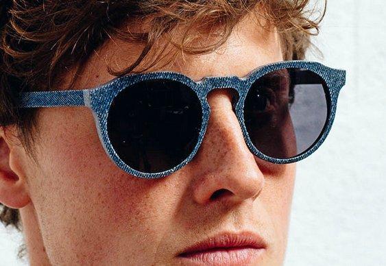 Armação de óculos com jeans