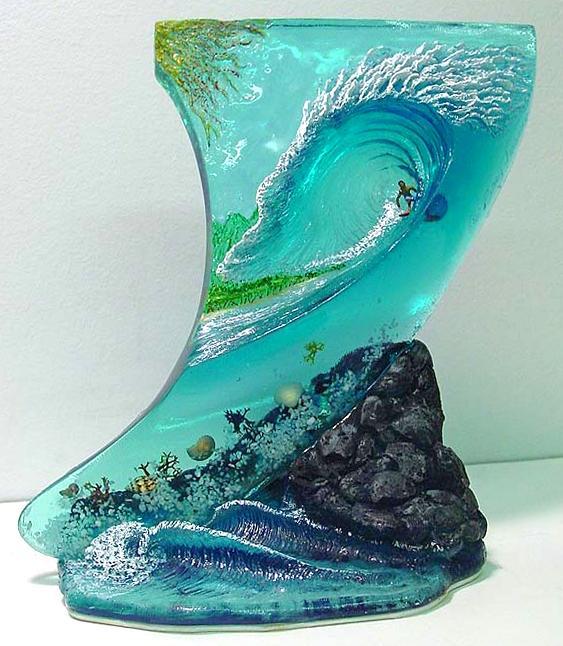 Escultura de surfista pegando onda