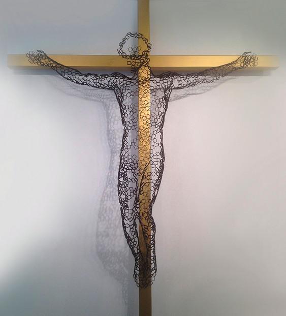 Cristo de aço na cruz