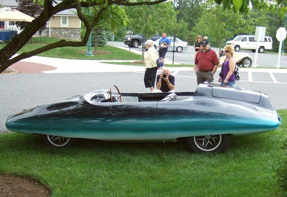 Carro com design de tubarão