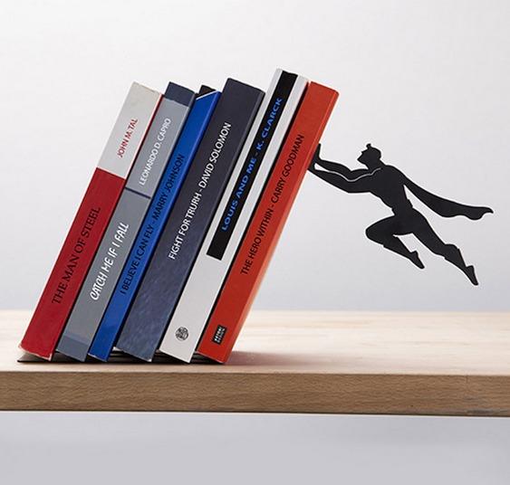 Super-Homem empurrando livros