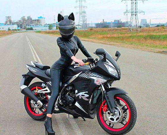 Mulher-gato de moto
