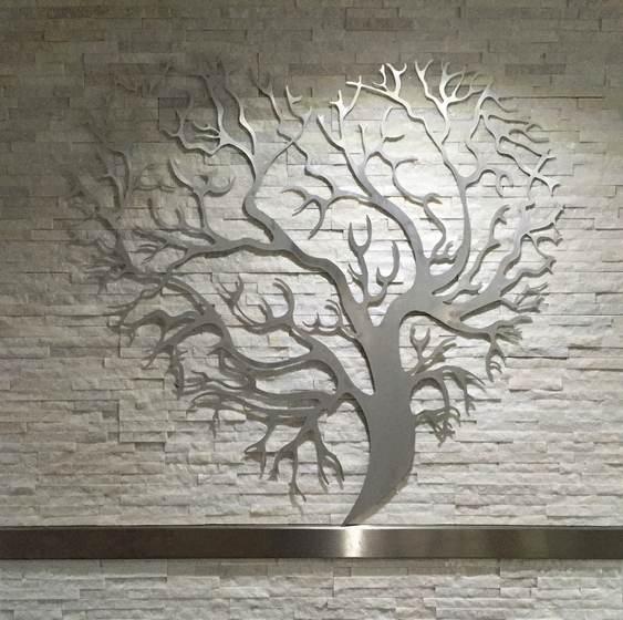 Escultura de metal escovado