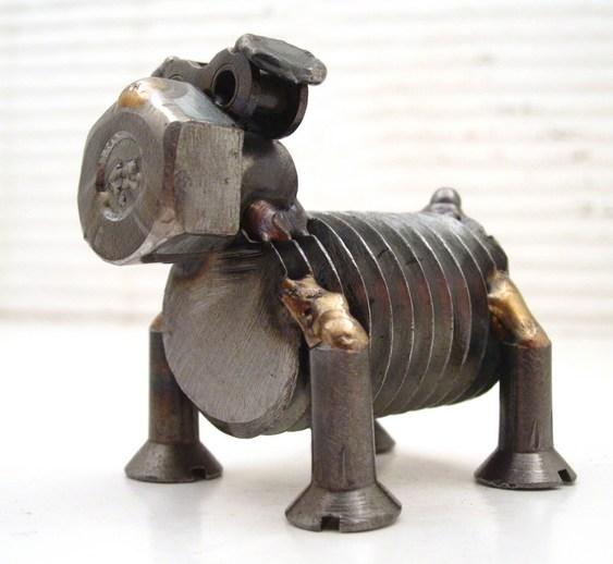 Cãozinho de sucata reciclada